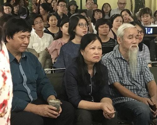 Bà Lưu Quỳnh Thơ (ngồi giữa hàng đầu), em gái cố nhà thơ, trong chương trình.