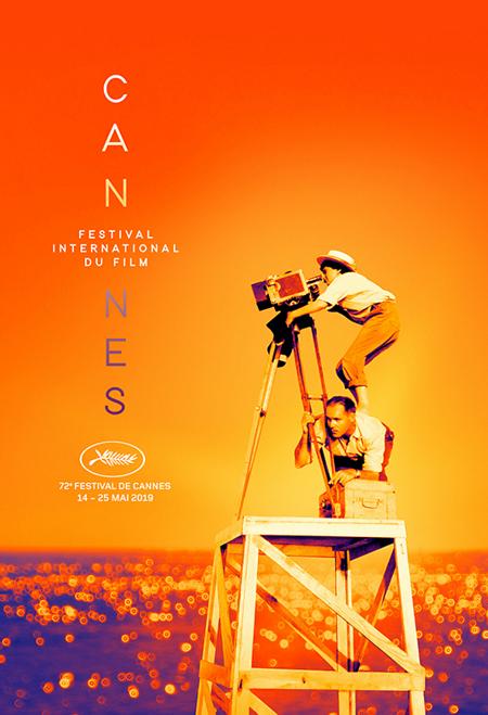 Poster của LHP Cannes 2019 tôn vinh Agnès Varda - nữ đạo diễn huyền thoại Pháp, qua đời cuối tháng 3. Trong ảnh, bà đứng trên vai một kỹ thuật viên, điều chỉnh máy quay trên trường quay phim đầu tay - La Pointe Courte.