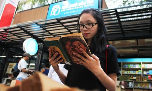 Một bạn trẻ ở đường sách Nguyễn Văn Bình (TP HCM). Ảnh: Mai Nhật.