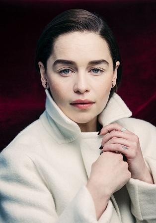 Hơn 10 năm trong series ăn khách Game of Thrones, Emilia Clarke trở thành một gương mặt toàn cầu. Nữ diễn viên sinh năm 1986 bước tới thành công nhờ sự bền bỉ và đam mê. Tờ Time mô tả diễn viên mẹ rồng có lòng dũng cảm của sư tử, năng lượng của loài ngựa xứ Wales và trái tim của một chú hề. Cô được đánh giá là người vui tính, nhiệt huyết và luôn thử thách bản thân.