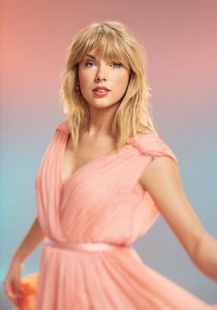 Taylor Swift khiến việc nổi tiếng trông thật dễ dàng - tờ Time nhận định - Cô khiến những người lớn cảm thấy trẻ hơn, khiến những người trẻ cảm thấy họ có thể chinh phục mọi điều. Nữ ca sĩ chinh phục thế giới với sự chân thành và niềm tin vào tình yêu. Taylor Swift là ca sĩ khách mời trong đêm gala giới thiệu danh sách đặc biệt này của tạp chí Time.