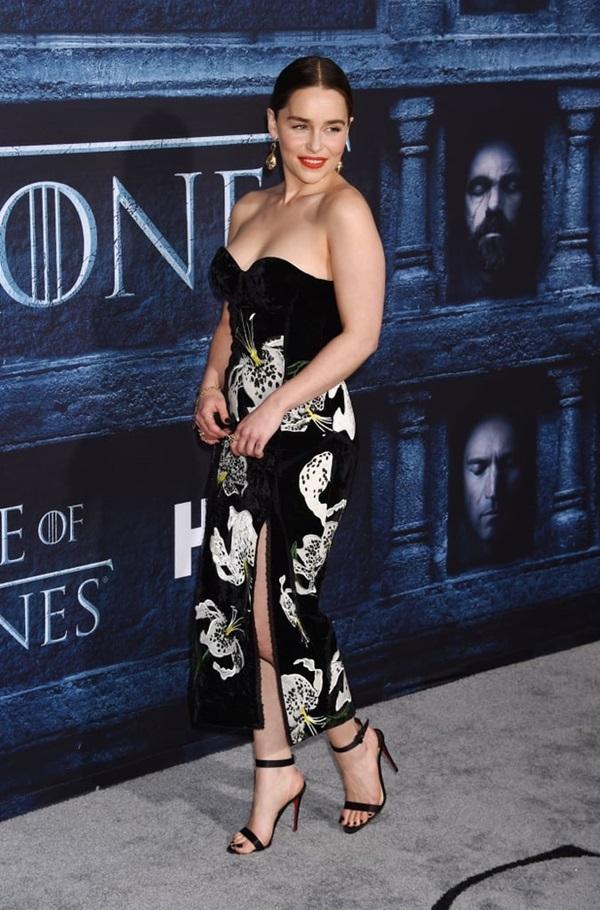 'Mẹ Rồng' Emilia Clarke chuộng mặc đồ nhấn vào vòng một