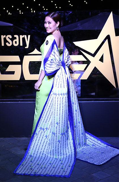 Diễn viên Ngọc Lan gây chú ý với khách mời khi xuất hiện trong chiếc áo dài gắn nơ in logo báo Ngoisao.net.