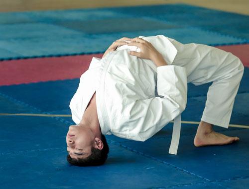 Trước khi buổi tập bắt đầu, Isaac thực hiện những động tác khởi động, giãn cơ cơ bản theo sự hướng dẫn của các võ sư.