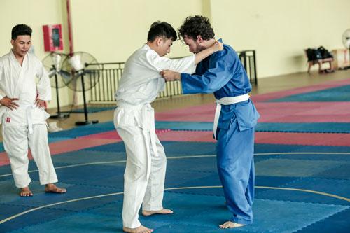 Các võ sư nhiệt tình chỉ bảo từng động tác võ, thế đứng thật chuẩn cho nam ca sĩ. Giọng ca Tôi đã quên thật rồicho biết khá thích thú với vai diễn mới nên đã đăng ký học Judo cũng như tìm hiểu rất nhiều về môn võ này.