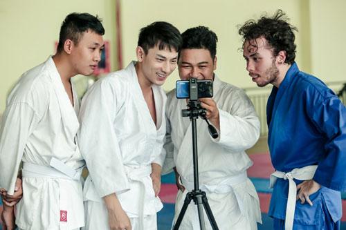 Sau mỗi lần tập luyện, anh sẽ cùng các võ sư xem xét, thảo luận để thực hiện mọi động tác chính xác nhất. Giọng ca Mr. Right thừa nhận:Chiếc điện thoại Realme 3 giúp tôikhá nhiều trong các dự án gần đây. Ngoài việc sử dụng như một công cụ giao tiếp, nghe nhạc, thu âm những ca khúc ngẫu hứng, tôi còn dùng để quay lại những đoạn video ghi cảnh tập luyện võ Judo trên sân. Nhờ đó, khi về nhà, tôi chủ động theo dõi và tập luyện nhiều hơn để vai diễn của mình thêm ấn tượng với khán giả.