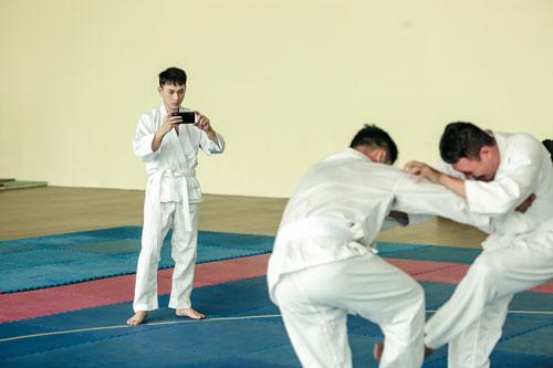 Trong quá trình luyện tập, Isaac cẩn thận sử dụng điện thoại Realme 3 ghi lại các động tác, bài tập và tư vấn huấn luyệncủa các võ sư, sau đó xem lại mình làm đúng chưavà rèn luyện thêm.