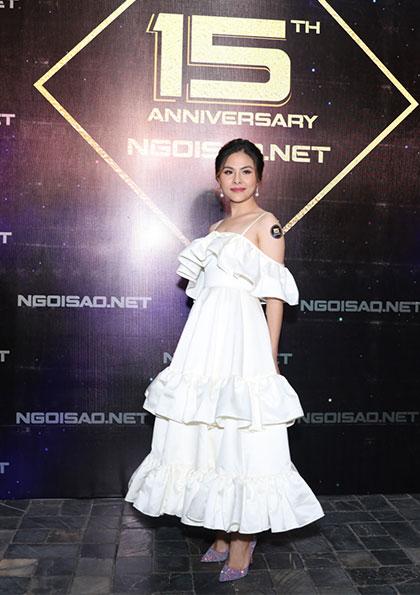 Diễn viên Vân Trang nữ tính trong bộ váy nhún bèo hai tầng.