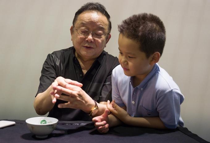 'Hòa Thân' Vương Cương vui chơi cùng con trai 11 tuổi