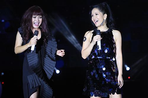 Sự xuất hiện của Hồng Nhung - Phương Thanh trên sân khấu khiến nhiều người thích thú.