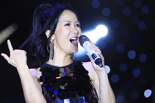 Hồng Nhung chia sẻ chị và Phương Thanh quen biết nhau từlâu trước cả khi Ngoisao.net được thành lập. Diva nhạc Việt khôn khéo đối đáp với MC khi hỏi về tuổi tác:Chúng tôi quen nhau cách đây ba năm khi cả haiđược 15 tuổi.