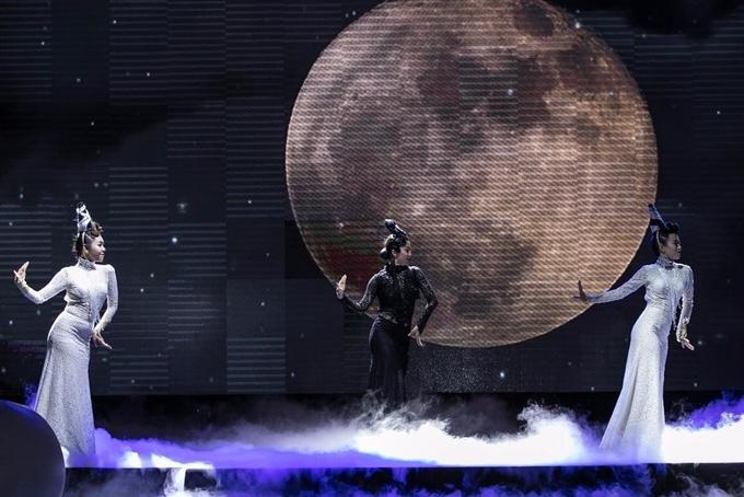 Linh Nga khoe eo thon trong vũ khúc dưới trăng