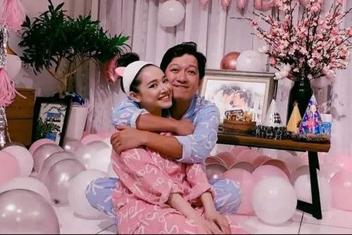 Trường Giang ôm hôn vợ trong ngày sinh nhật.