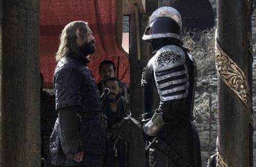 Sandor (trái) chạm trái anh trai ở mùa bảy.