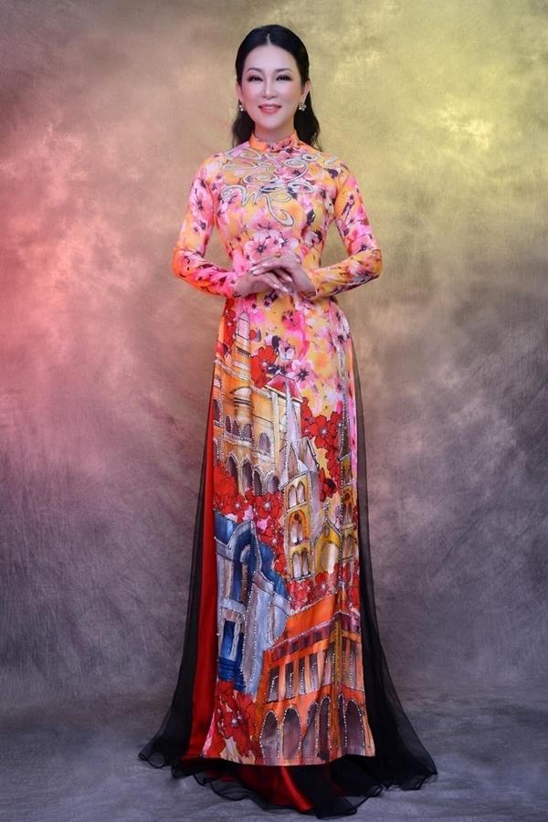 Ca sĩ Hương Thủy tôn sắc vóc tuổi 45 với áo dài