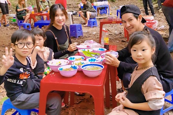 Vợ chồng Lý Hải cùng bốn con du ngoạn cao nguyên