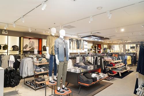Dịp này, thương hiệu tặng 100 chiếc áo thun cho 100 hóa đơn mua sắm đầu tiên trên một triệu đồng và giảm ngay 20% cho tất cả sản phẩm trong tuần lễ khai trương tại Vincom Center Đồng Khởi.