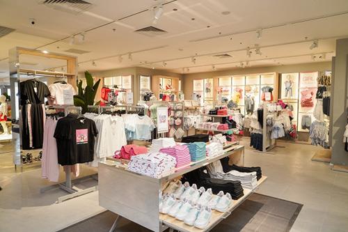 Nằm giữa lòng thành phố, cửa hàng OVS tại tầng B2 mang đến một không gian mua sắm đậm chất Italy, với thiết kế theo tông màu trắng, cùng hiệu ứng ánh sáng hài hòa, cho khách hàng trải nghiệm mua sắm thú vị.