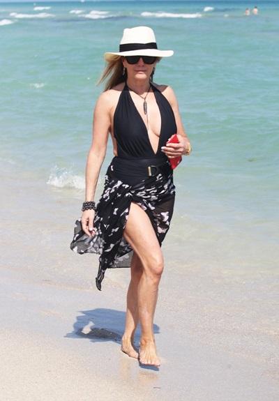 Ngôi sao truyền hình Ramona Singer chạy theo mốt áo kèm đai lưng - một trong những xu hướng nổi bật của hè này.