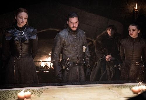 Sansa, Jon Snow, Bran và Arya Stark.(từ trái sang) nghiên cứu chiến thuật trước trận chiến.