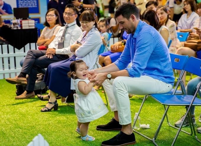 Vẻ bụ bẫm của con gái Hà Anh