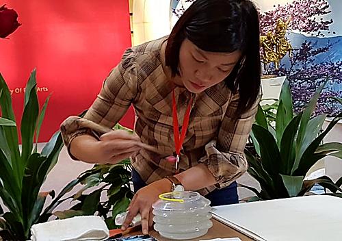 Hương vẽ trình diễn tại triển lãm tranh quốc tế ở Tây An, Trung Quốc, năm 2018. Ảnh: T.H
