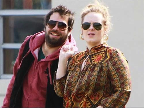 Cặp sao hẹn hò từ năm 2011 nhưng giấu kín truyền thông và công chúng. Hình ảnh đầu tiên Adele ở cùng Simon Konecki là tháng 1/2012. Cả hai bị một tay săn ảnh chụp được khi đang tham quan Everglades National Park tại Miami, Mỹ.