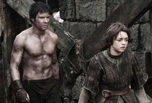 Arya (phải) và Gendry từng thân thiếttrong quá khứ.