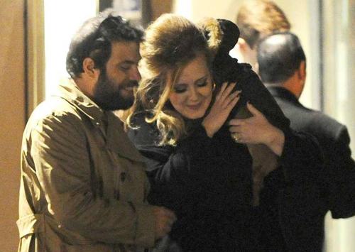 Tháng 6/2012, Adele thông báo mang thai. Cô sinh con gái tháng 10 cùng năm. Ca sĩ chia sẻ với tạp chí Vogue: Khi làm mẹ, tôi thấy mình thực sự được sống. Tôi thấy mình có mục tiêu để cố gắng. Điều mà trước đó bản thân cảm thấy khá mông lung.