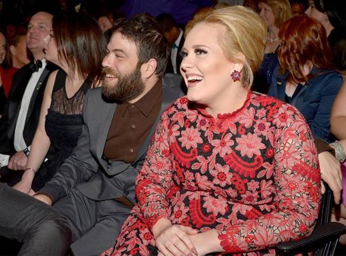 Hai người công khai mối quan hệ nhưng vẫn kín tiếng. Simon xuất hiện bên cạnh Adele trong đêm trao giải Grammy 2012. Đêm đó, nữ ca sĩ người Anh mang về ba giải thưởng: Album của năm, Bản thu của năm và Ca khúc của năm.