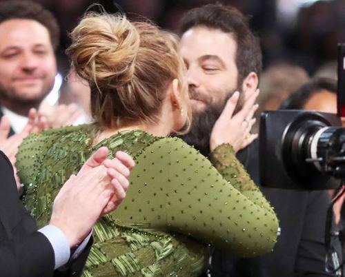 Cô kỷ niệm giải thưởng Album của năm tại Grammy 2017 với nụ hôn ăn mừng chiến thắng cùng Simon. Trên bục nhận giải, cô thổ lộ đã bí mật kết hôn với bạn trai từ năm 2016.
