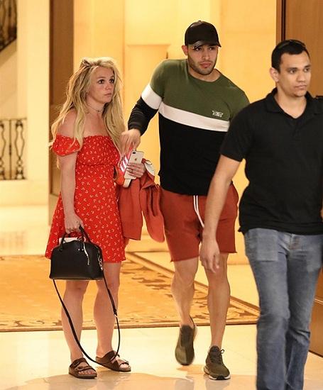 Britney được phát hiện rời khách sạn cùng bạn trai. Ảnh: Hollywood Reporter.