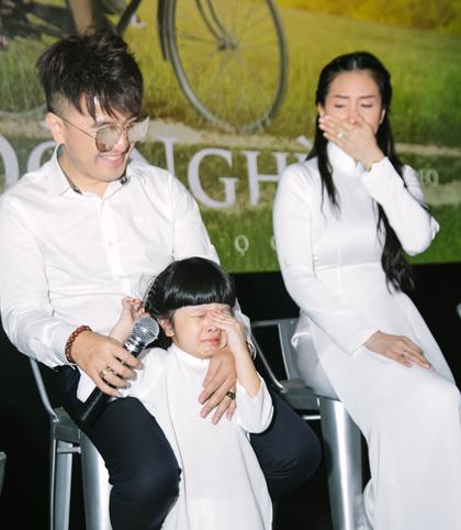 Vợ (phải) và con gái Dương Ngọc Thái khóc khi xem phim ngắn Đò nghèo.