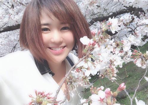 Sola Aoi chia sẻ ảnh ngắm hoa anh đào gần đây.