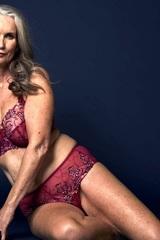 Nicola Griffin vượt mặc cảm làm mẫu nội y ở tuổi ngoài 50