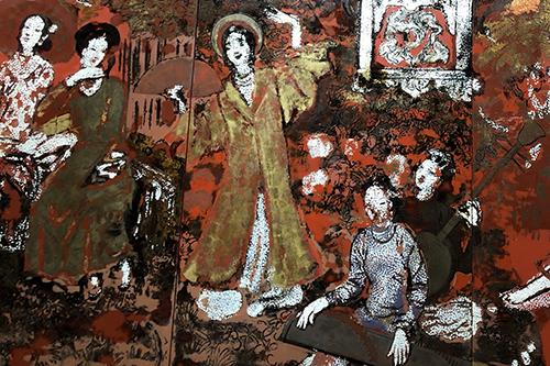 Hình ảnh các thiếu nữ trên mặt tranh. Sau khi tu sửa, tranh bóng loáng như được phủ sơn chứ không phải là kỹ thuật sơn mài. Ảnh: Mai Nhật.