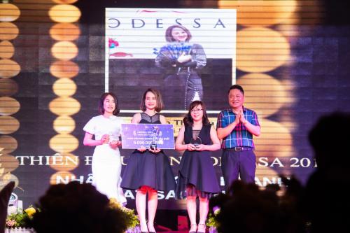 Trong sự kiện, giám đốc thương hiệu thời trang Odessa, bà Nguyễn Thị Hoa đã vinh danh và trao thưởng những cá nhân, tập thể đã có đóng gópcho sự thành công của Odessa trongnăm 2018, với tổng giá trị giải thưởngđến gần 100 triệu đồng.