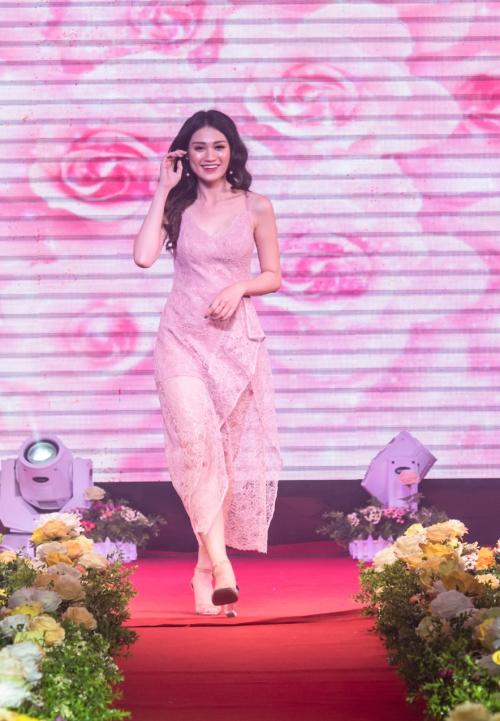 BST thứ 2 là Ta có hẹn với tháng Tư với những thiết kế mang tông hồng, trắng chủ đạo. Các mẫu trang phục theo phong cách nữ tính, ngọt ngào khơi gợi vẻ đẹp quý phái của quý cô.