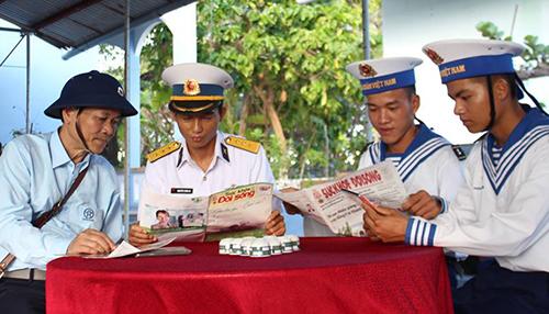 Thầy thuốc nhân dân, bác sĩ Trần Sĩ Tuấn (bên phải) thăm chiến sĩ tại đảo Trường Sa.