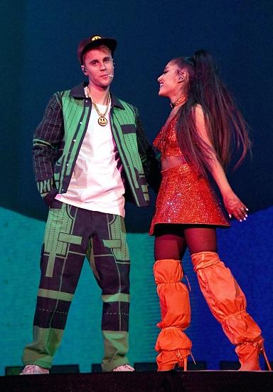 Justin Bieber và Ariana Grande trên sân khâu Coachella. Ảnh: Elle.
