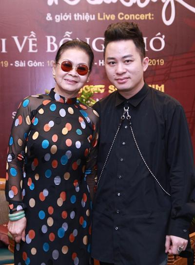 Ca sĩ Khánh Ly và Tùng Dương ở buổi họp báo sáng 25/4.