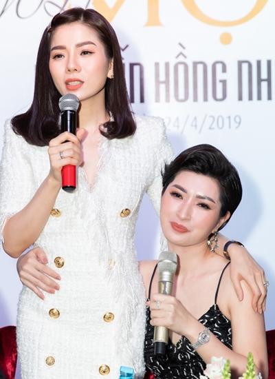 Lệ Quyên bên bạn thân Nguyễn Hồng Nhung tại phòng trà của cô ở TP HCM, chiều 24/4.
