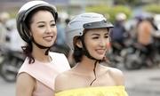 Ngọc Diễm chở Jennifer Phạm dạo phố Sài Gòn trên xe máy