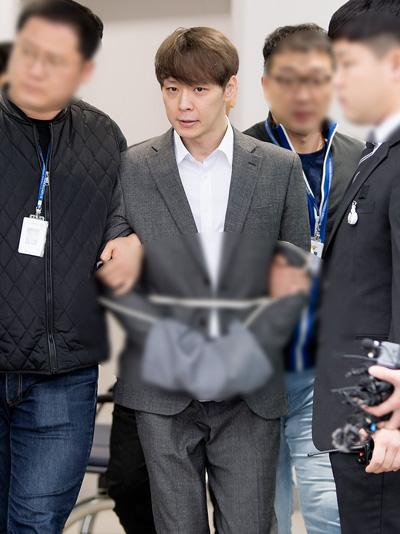 Park Yoo Chun bị áp giải tới phòng giam.