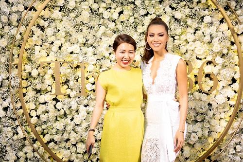 Xuất hiện tại sự kiện có siêu mẫu Minh Tú. Người đẹp diện váy ren trắng trang nhã.