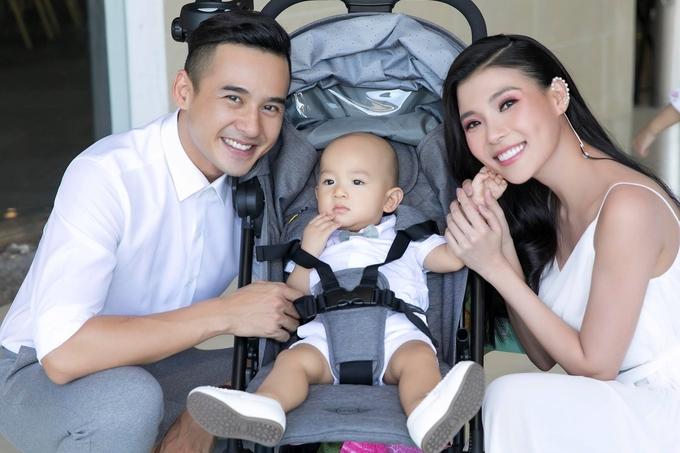 Vợ chồng Lương Thế Thành đưa con đầu lòng đi sự kiện
