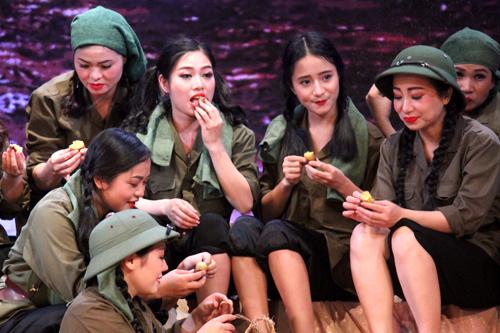 Cảnh các nữ dân quân ăn lương khô, khoai lang giữa núi rừng tạo nét tươi mới cho vở. Ảnh: Mai Nhật.
