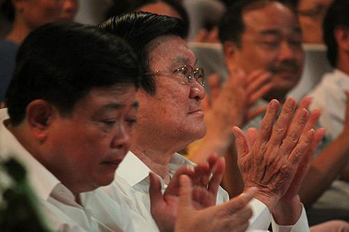 Nguyên Chủ tịch nước Trương Tấn Sang (phải) vàtác giả Nguyễn Thế Kỷ trong đêm diễn26/4. Ảnh: Mai Nhật.