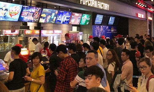 Khán giả xếp hàng mua vé tại một rạp ở TP HCM, tối 26/4.