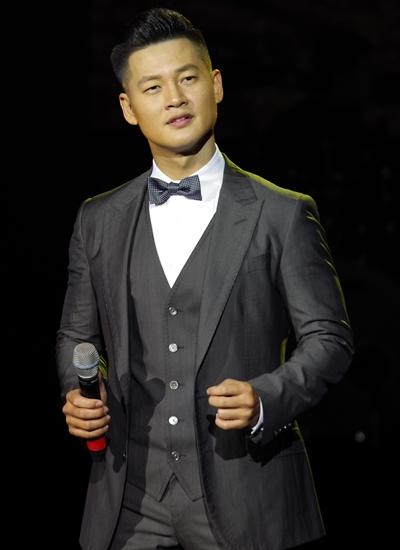 Đức Tuấn hát trong một đêm nhạc tưởng niệm Trịnh Công Sơn ở Hà Nội hồi tháng 3.